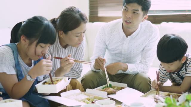 stockvideo's en b-roll-footage met familie dineren - dining room