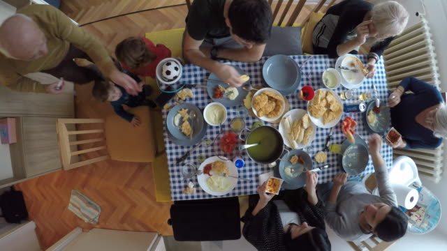 stockvideo's en b-roll-footage met familie diner - science and technology