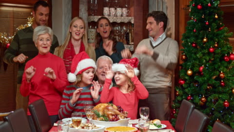 vídeos y material grabado en eventos de stock de familia haciendo un divertido baile con el árbol de navidad - mesa de comedor