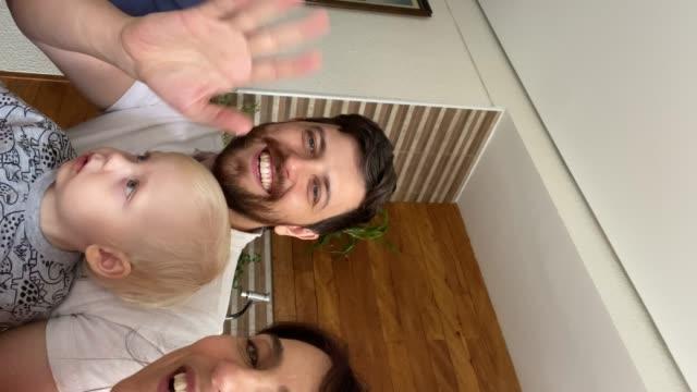 vídeos de stock, filmes e b-roll de família fazendo um bate-papo por vídeo em casa - sentir a falta emoção