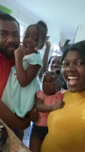 Famille faisant l'appel vidéo - appelant quelqu'un sur la fête d'anniversaire à la maison - pov de l'appareil-photo mobile