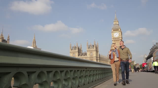 vidéos et rushes de family during a trip to london - pont
