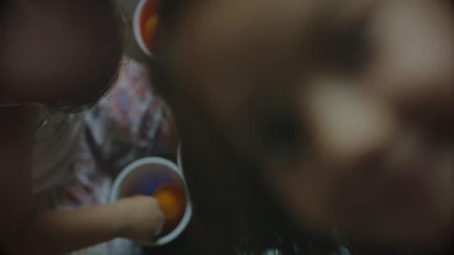 vídeos de stock, filmes e b-roll de família durante o confinamento do covid-19: fotobombardeio de meninas - isolado