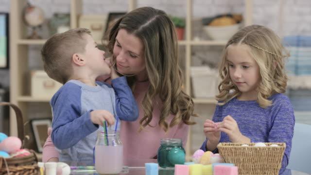 vídeos de stock, filmes e b-roll de celebração de páscoa família - sussurrando