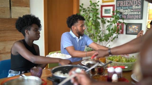 vídeos de stock, filmes e b-roll de família que come na hora do almoço - almoço