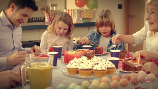 vídeos de stock, filmes e b-roll de família comendo bolo de aniversário no grupo - 20 segundos ou mais