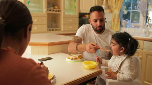 vídeos de stock, filmes e b-roll de família tomando café da manhã juntos - sala de café da manhã