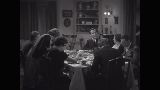 WS Family eating dinner in dining room / United States