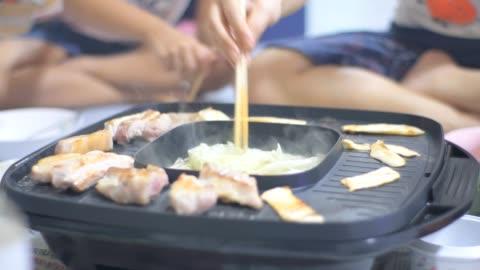 vídeos y material grabado en eventos de stock de comer en familia parrilla coreana - comida coreana