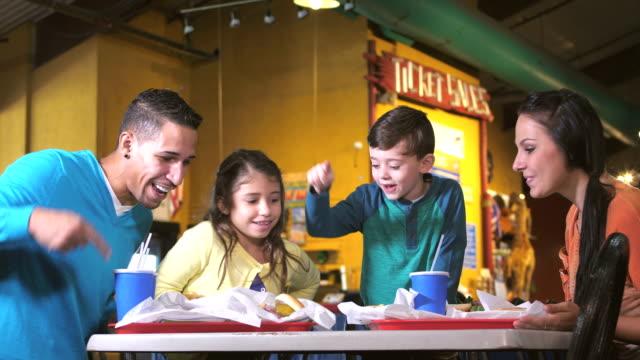 familie beim mittagessen in der spielhalle - tablett oder küchenblech stock-videos und b-roll-filmmaterial