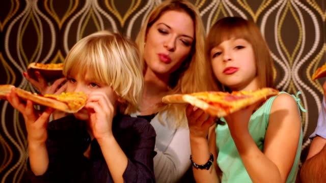 vídeos y material grabado en eventos de stock de familia comiendo una pizza - doughter