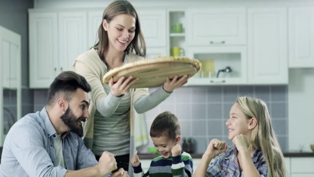 vídeos y material grabado en eventos de stock de familia comiendo una pizza - pizza