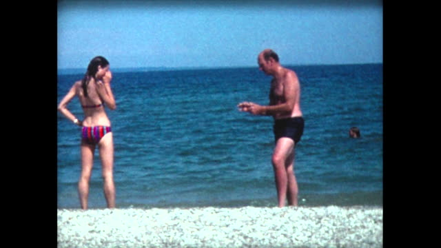 vídeos de stock, filmes e b-roll de 1975 family emerging from lake michigan - home movie