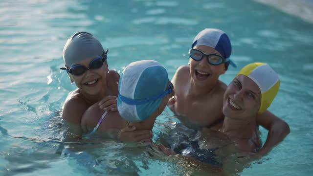 stockvideo's en b-roll-footage met familie geniet van zwembad - 10 11 jaar