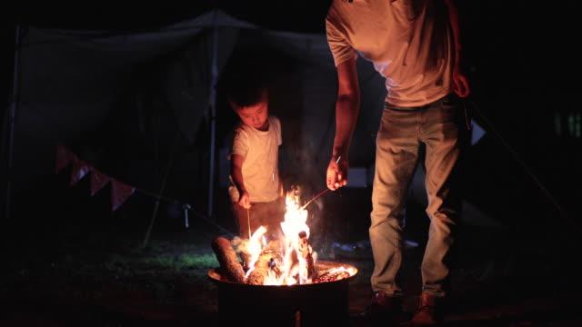 たき火を楽しむ家族 - キャンプする点の映像素材/bロール