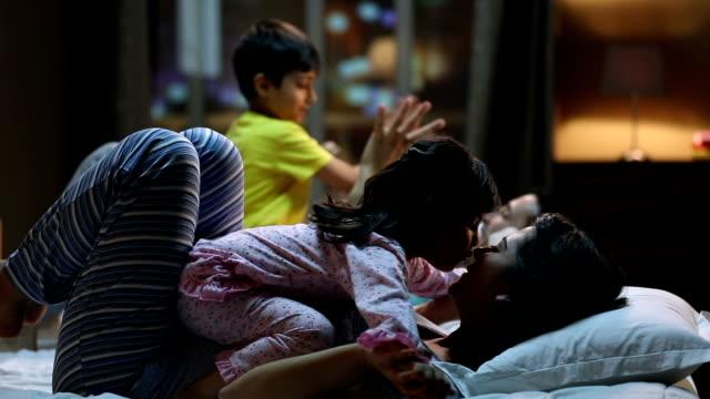 stockvideo's en b-roll-footage met family enjoying at home, delhi, india - eskimokus geven