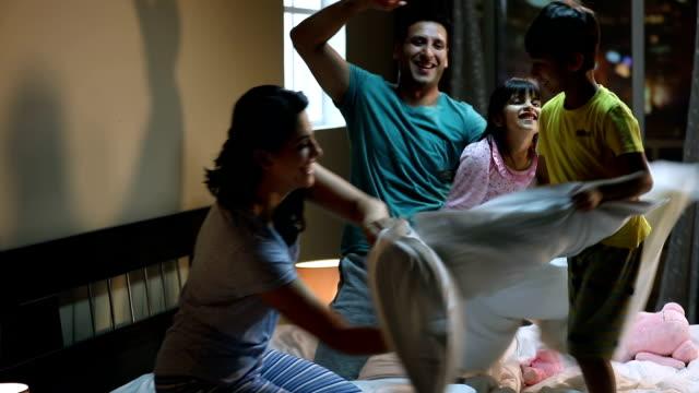 vídeos y material grabado en eventos de stock de family enjoying at home, delhi, india - lucha con almohada