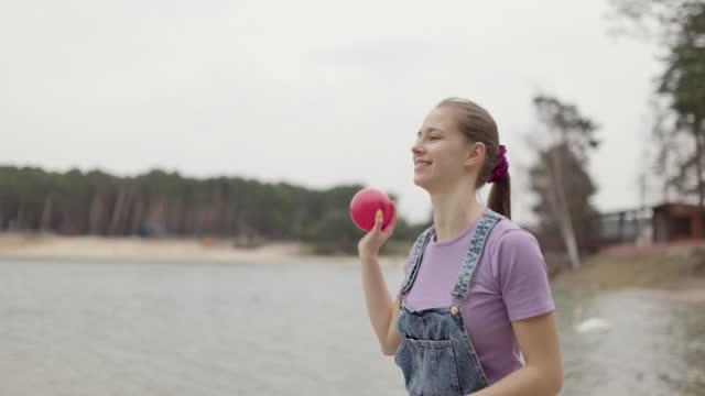 stockvideo's en b-roll-footage met familie die van vroege de lentedag geniet bij het meerstrand - vangen