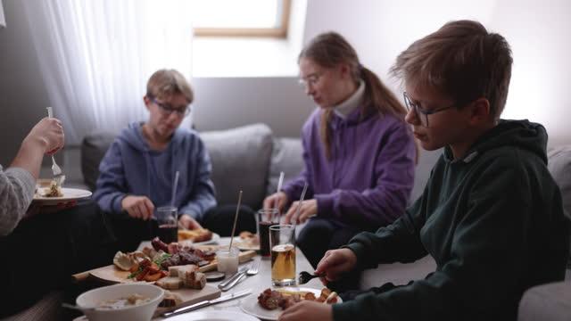 vídeos de stock, filmes e b-roll de família desfrutando de almoçar juntos - almoço