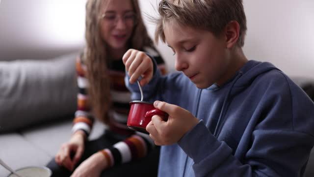 stockvideo's en b-roll-footage met familie die van het eten samen geniet - 14 15 jaar