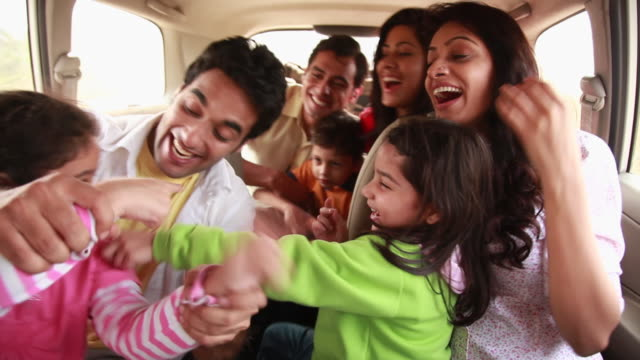 vidéos et rushes de family enjoying in a car  - habitacle de voiture