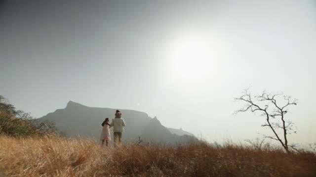 vídeos de stock e filmes b-roll de family enjoying in the forest - carregar uma pessoa nos ombros