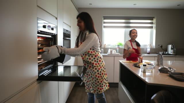 ピザ作り楽しむ家族 - 注意欠陥過活動性障害点の映像素材/bロール