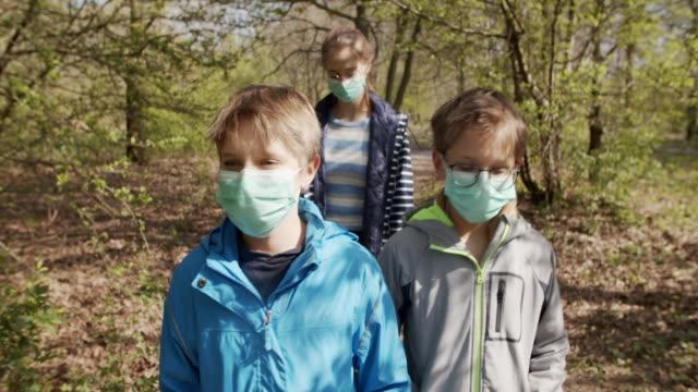 vídeos de stock, filmes e b-roll de família curtindo a natureza durante pandemia covid-19 - parque natural