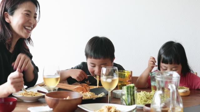 自宅でオンラインランチミーティングを楽しむ家族 - 食事点の映像素材/bロール