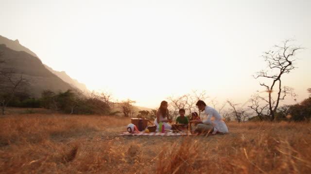 vidéos et rushes de family enjoying picnic at hill station - picnic