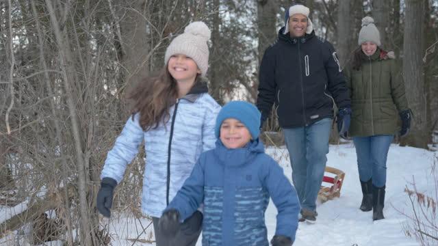vidéos et rushes de famille appréciant le temps de qualité pendant l'hiver - manteau et blouson d'hiver
