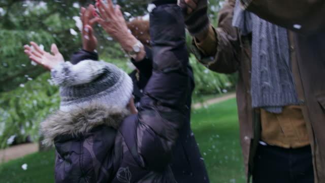 vídeos y material grabado en eventos de stock de family enjoying snowfall - 18 23 meses