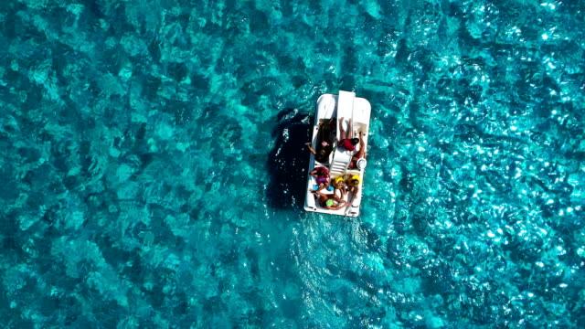 stockvideo's en b-roll-footage met familie genieten van zwemmen in een tropische zee - waterfiets