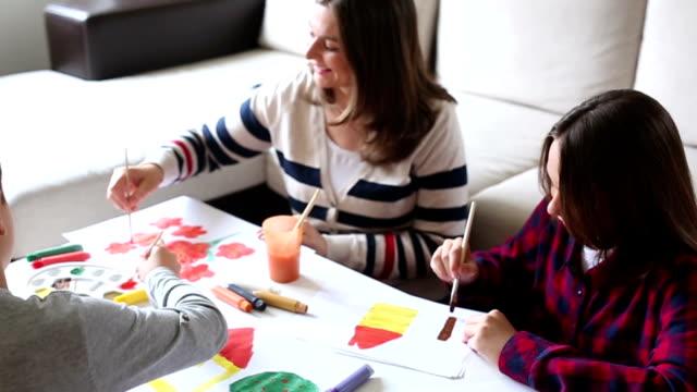 Familie genieten van de tekening en creativiteit