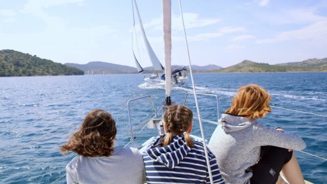vidéos et rushes de famille de ws appréciant le voile sur un voilier - activité