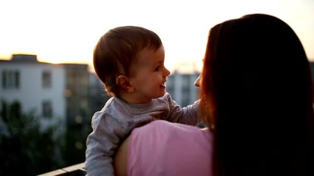 vídeos de stock, filmes e b-roll de família apreciando o pôr-do-sol - cabelo assanhado