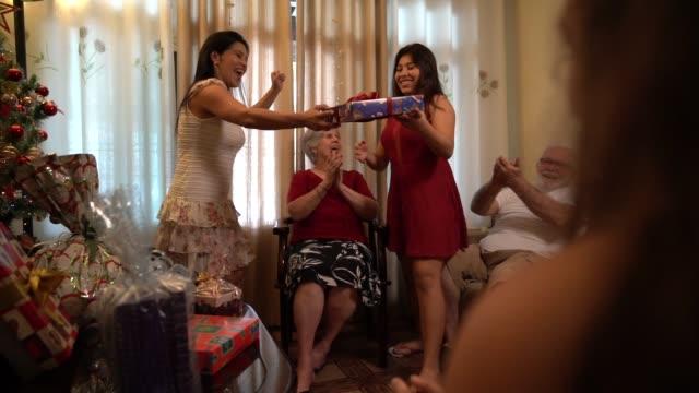 家族交換クリスマス プレゼント - アミーゴセクレト - パントマイム点の映像素材/bロール