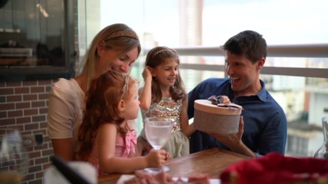 vídeos de stock, filmes e b-roll de família que troca presentes de natal em casa - pequeno