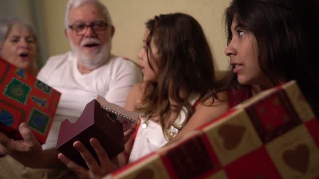 vídeos de stock, filmes e b-roll de família, trocar presentes de natal - presente de natal