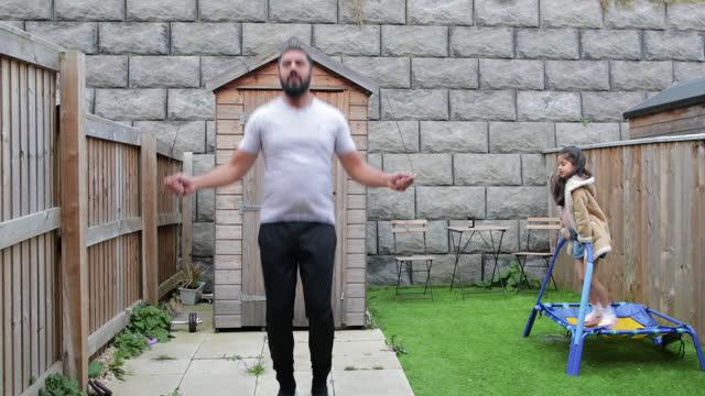 familj motion - hoppa över bildbanksvideor och videomaterial från bakom kulisserna