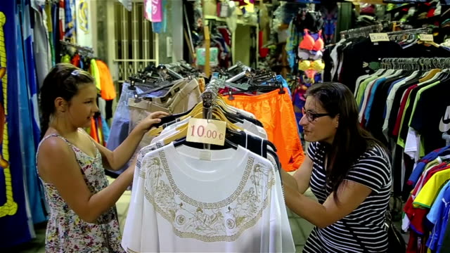Family females 's fun,shopping on summer vacations