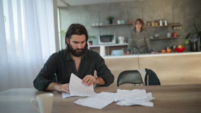 vídeos de stock e filmes b-roll de family finance problems - assinar
