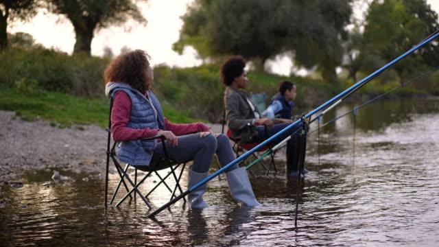 battuta di pesca in famiglia - canna da pesca video stock e b–roll