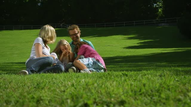 vidéos et rushes de fooling en famille au parc - chatouiller