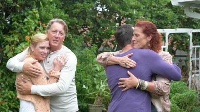 家族、さよならを言う友人、笑顔、抱擁と波 - 義母点の映像素材/bロール