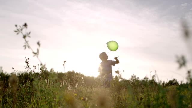 vídeos de stock, filmes e b-roll de sequência de diversão para a família - bexiga