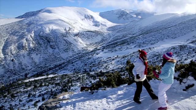 Familieplezier, moeder en dochter op de top van de berg