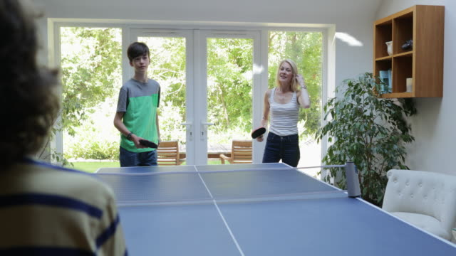 family game time - kleine personengruppe stock-videos und b-roll-filmmaterial