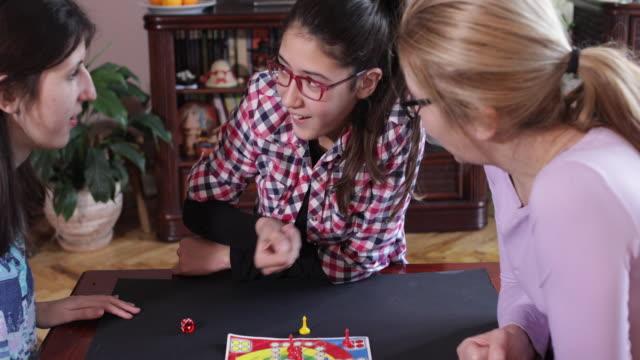 ご家族向けゲーム - 余暇 ゲームナイト点の映像素材/bロール