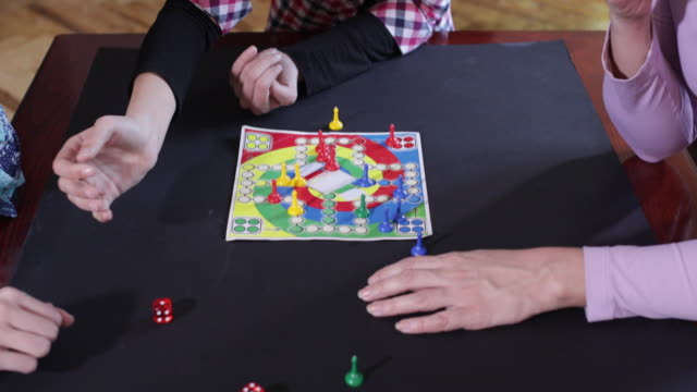 vídeos de stock, filmes e b-roll de jogos para a família - jogo de lazer